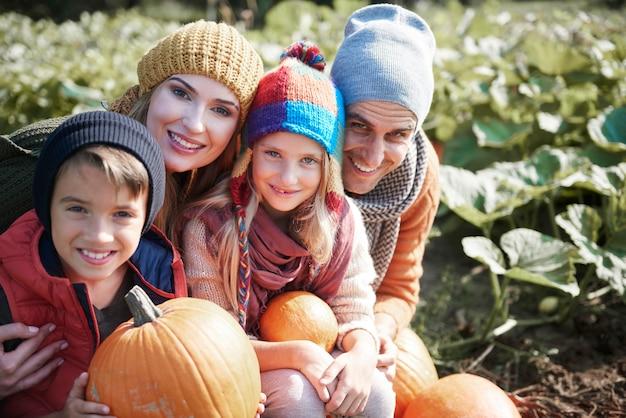 Nahaufnahme der jungen und glücklichen familie, die zeit zusammen verbringt