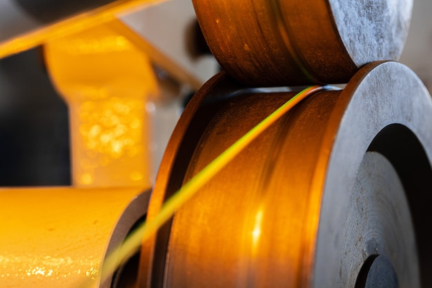 Nahaufnahme der kabeldrahtproduktion in der kabelfabrik