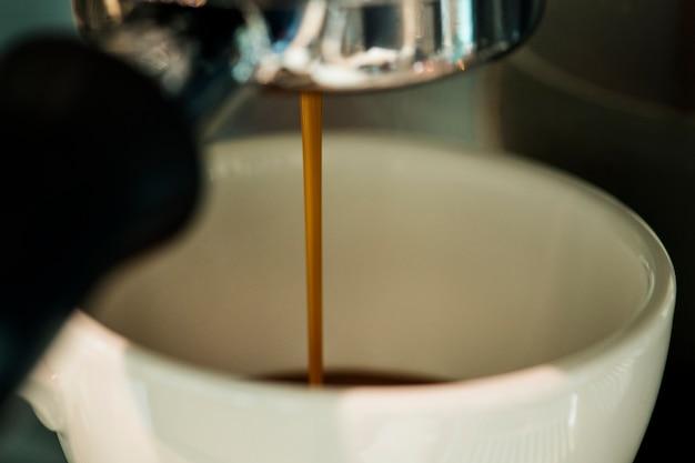 Nahaufnahme der kaffeemaschine espresso-getränk machend