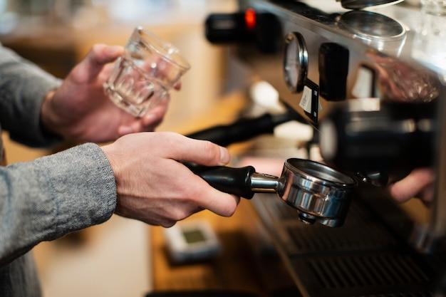Nahaufnahme der kaffeemaschine und des glases