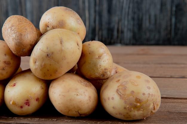 Nahaufnahme der kartoffeln auf holzoberfläche und hintergrund mit kopienraum 2