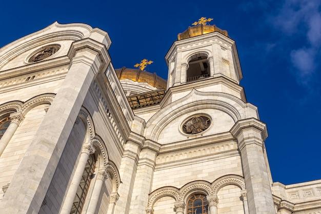 Nahaufnahme der kathedrale von christus der erlöserfassade in moskau mit blauem himmelhintergrund