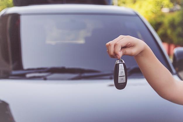 Nahaufnahme der kinderhand, die autoschlüssel hält