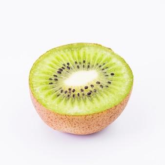 Nahaufnahme der kiwifrucht auf weißem hintergrund
