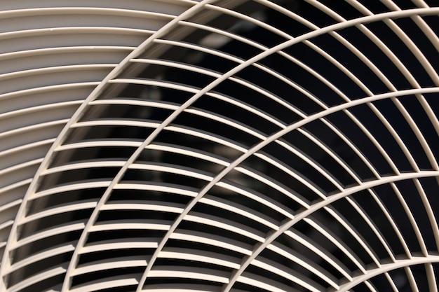 Nahaufnahme der klimaanlagenbeschaffenheit. textur der klimaanlage. graue kunststoffschutzhülle für klimaanlagenlüfter. detail der industrieanlagen. nahaufnahme, abstrakte wand, gittermuster