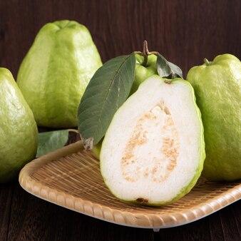 Nahaufnahme der köstlichen schönen guave mit frischen grünen blättern