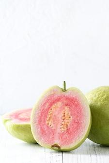 Nahaufnahme der köstlichen schönen roten guave mit frischen grünen blättern