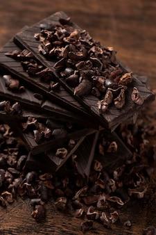 Nahaufnahme der köstlichen schokolade auf holztisch