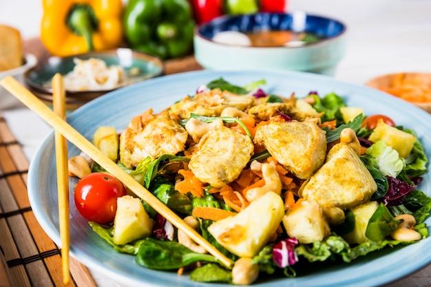 Nahaufnahme der köstlichen thailändischen salatteller mit essstäbchen