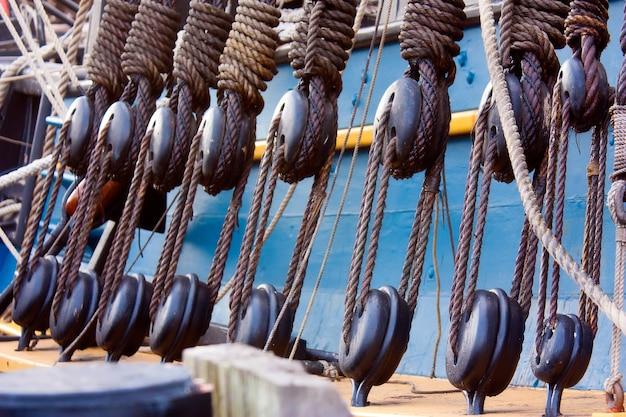 Nahaufnahme der konstruktionen mit seilen, die auf einem schiff verwendet werden