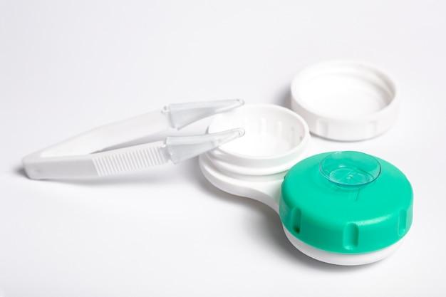 Nahaufnahme der kontaktlinse auf fall mit pinzette