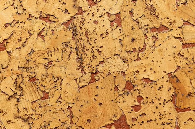 Nahaufnahme der korkschalldämmung, die mit der einstreuung von farbenfußböden und -wänden zurückbleibt