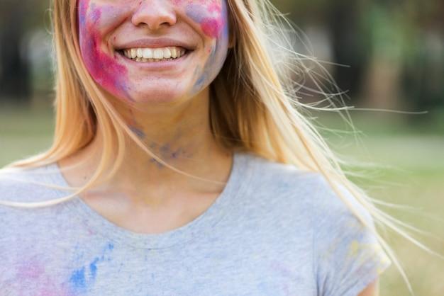Nahaufnahme der lächelnden frau bedeckt in den farben