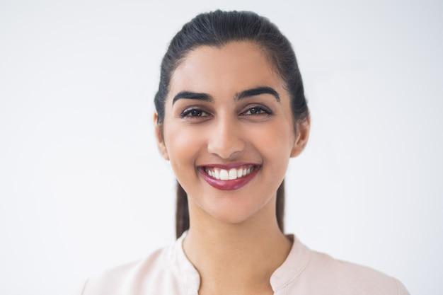 Nahaufnahme der lächelnden jungen schönen indische frau