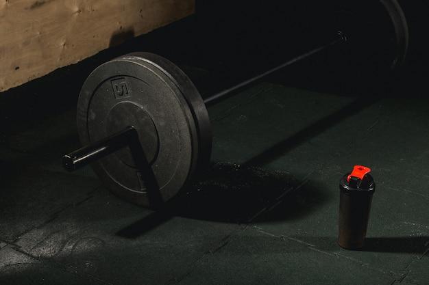 Nahaufnahme der langhantel auf dem boden im fitnessstudio