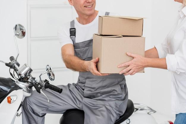 Nahaufnahme der lieferung von paketen