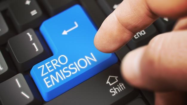 Nahaufnahme der männlichen hand, die den blauen zero emission-computerschlüssel berührt. 3d-illustration.
