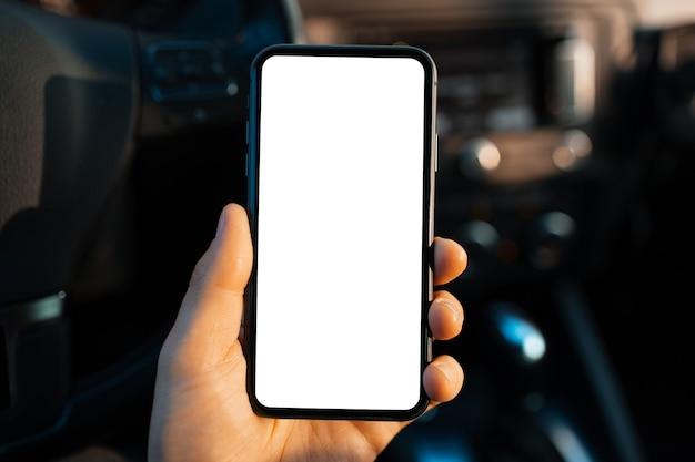 Nahaufnahme der männlichen hand, die smartphone mit weißem bildschirm hält