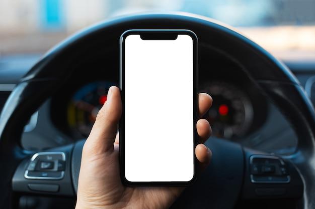 Nahaufnahme der männlichen hand, die smartphone mit weißem modell auf bildschirm hält