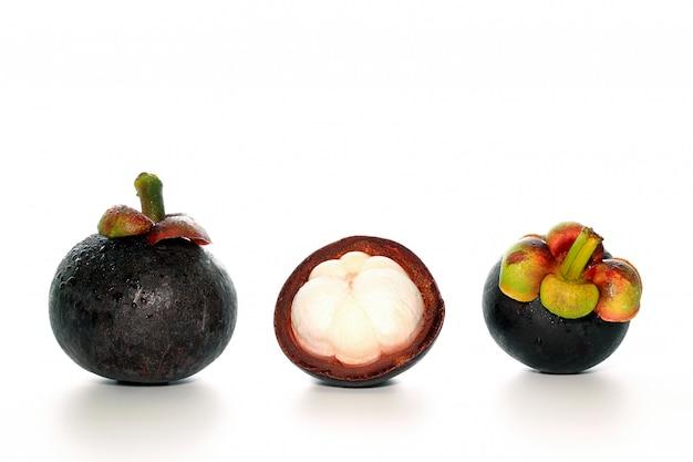 Nahaufnahme der mangostanfrucht eingestellt mit hälfte