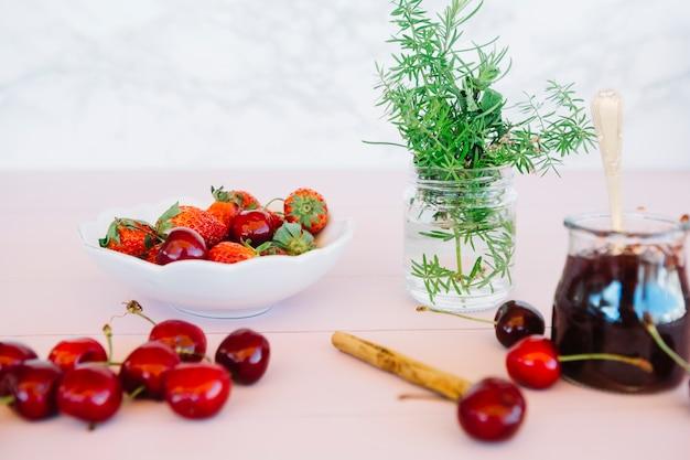 Nahaufnahme der marmelade mit zutaten auf dem tisch