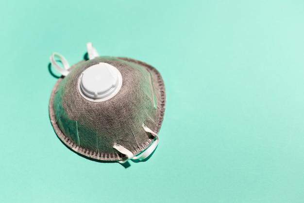 Nahaufnahme der medizinischen grippeschutzmaske, farbsplitter, an der wand der aqua menthe farbe.
