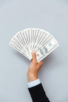 Nahaufnahme der menschlichen hand, die us-währung hält