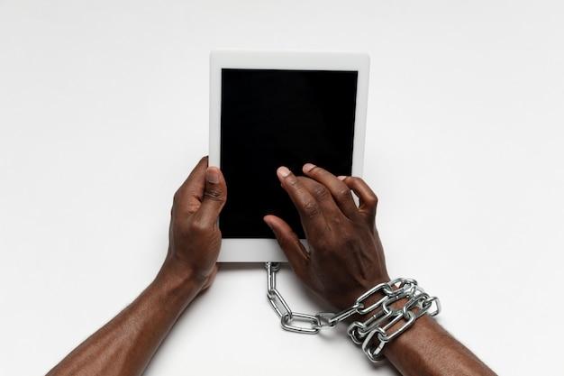 Nahaufnahme der menschlichen hand unter verwendung des gadgets mit leerem schwarzen bildschirm