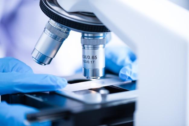 Nahaufnahme der mikroskoplinse, wissenschaft bearbeitet mikroskop im labor