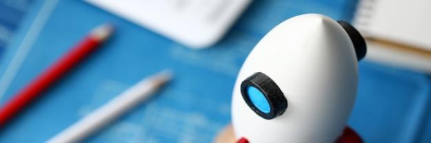 Nahaufnahme der miniaturrakete, die auf tisch steht. makroaufnahme des raketenschiffs als symbol für geschäftsprojekt und start. selektiver fokus. erfolgs- und wachstumskonzept