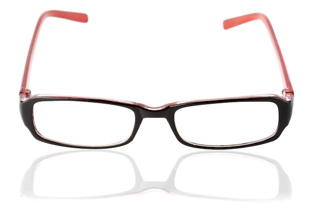 Nahaufnahme der modernen brille mit reflexion über den weißen hintergrund.