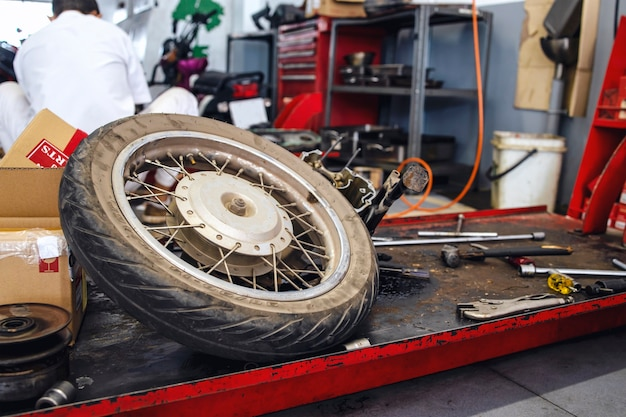 Nahaufnahme der motorradradreparatur