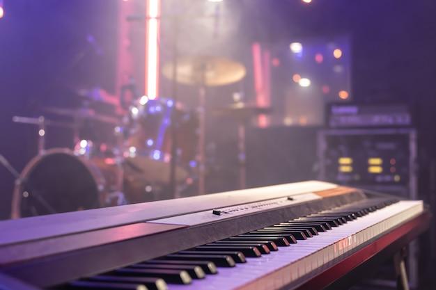 Nahaufnahme der musikalischen schlüssel drinnen mit schöner beleuchtung.