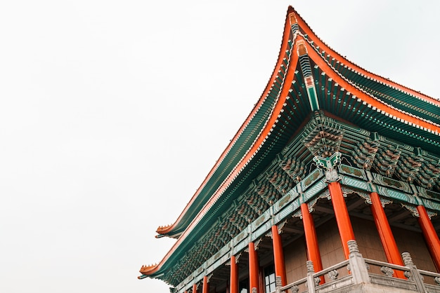 Nahaufnahme der national theatre hall von taiwan durch das haupttor auf der rechten seite am national taiwan democracy square der chiang kai-shek memorial hall, reiseziel in taipeh, taiwan.