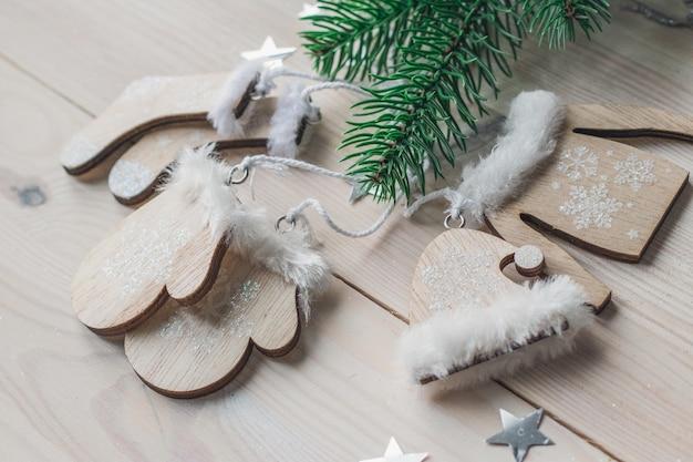 Nahaufnahme der niedlichen weihnachtsdekorationen auf einem holztisch unter den lichtern