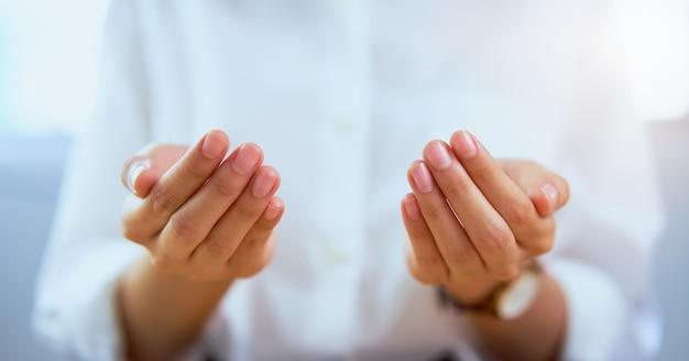 Nahaufnahme der offenen hände der frau und etwas zeigend.