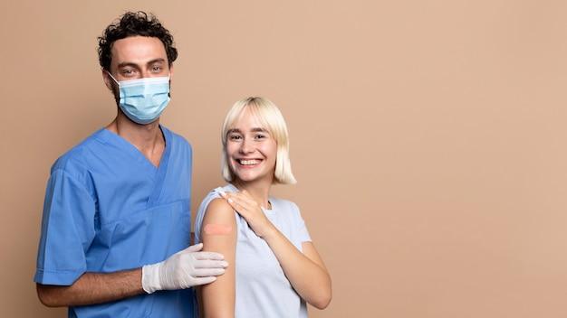 Nahaufnahme der person nach der impfung