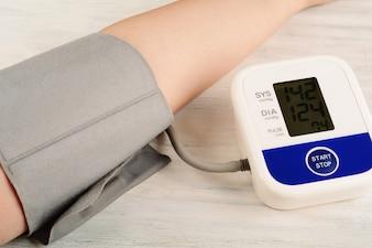 Nahaufnahme der Person seinen Blutdruck zu messen