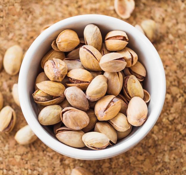 Nahaufnahme der pistazienschüssel auf korkenuntersetzer