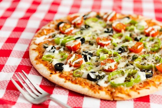Nahaufnahme der pizza mit gemüsespitze