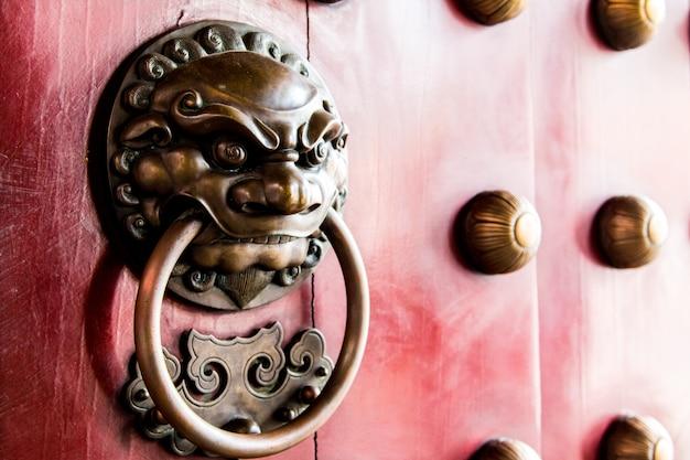 Nahaufnahme der roten tempeltür in chinatown, singapur-stadtstaat
