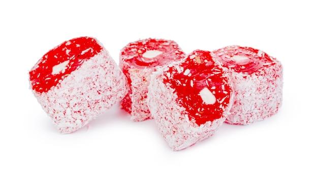 Nahaufnahme der roten türkischen delight-süßigkeiten lokalisiert auf weiß