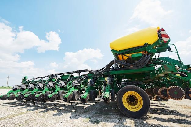 Nahaufnahme der sämaschine am traktor im feld angebracht.