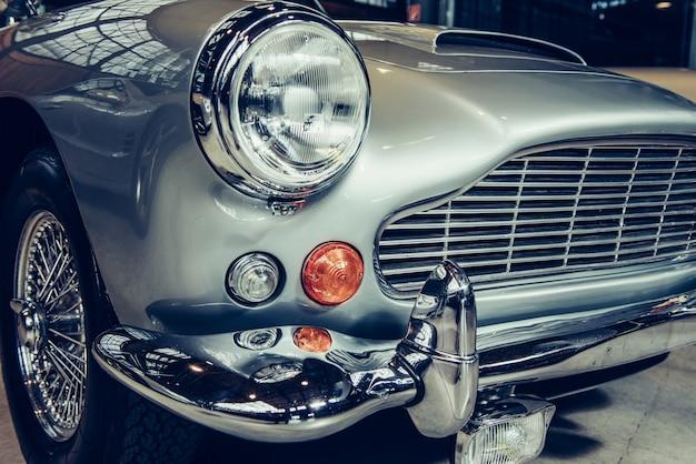 Nahaufnahme der scheinwerfer und der vorderen stoßstange auf weinleseautomobil