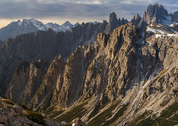 Nahaufnahme der schneebedeckten felsen des berges cadini di misurina in den italienischen alpen