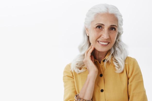 Nahaufnahme der schönen älteren frau, die erfreut lächelt