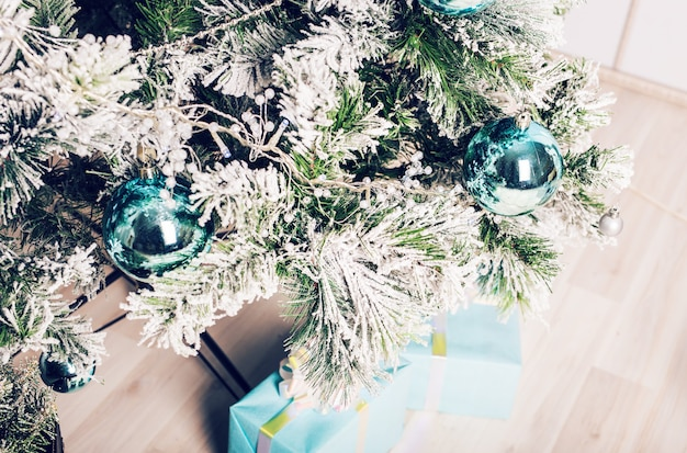 Nahaufnahme der schönen farbweihnachtsdekorationen, die am weihnachtsbaum hängen. Premium Fotos