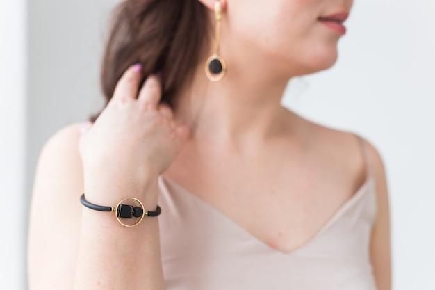 Nahaufnahme der schönen frau, die armband trägt. zubehör, schmuck und bijouterie-konzept.