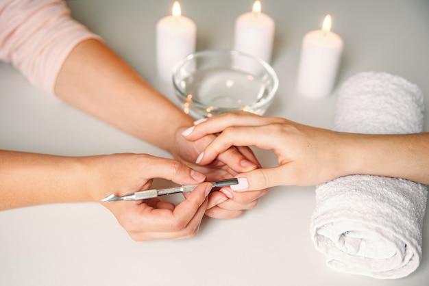 Nahaufnahme der schönen frauenhände, die maniküre im spa-salon-spa-salon erhalten.