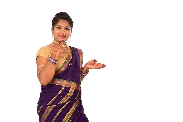 Nahaufnahme der schönen jungen indischen traditionellen jungen frau im saree
